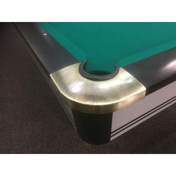 Détail de coin en métal chromé de table de billard - Image 1